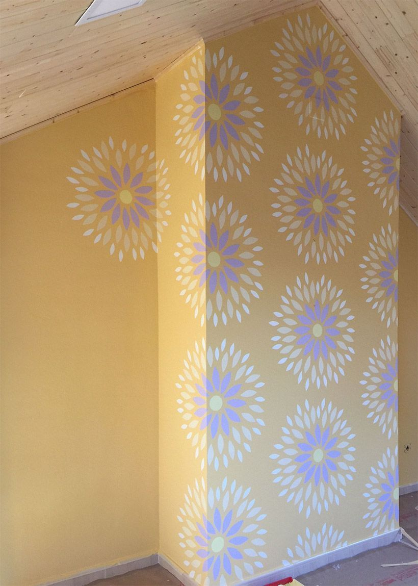 pared decorada con stencil.