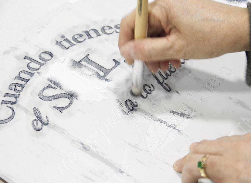 cartel soporte madera y stencil frase positiva