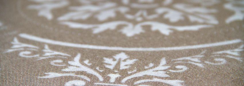 stencil adamascado sobre cojin con markal