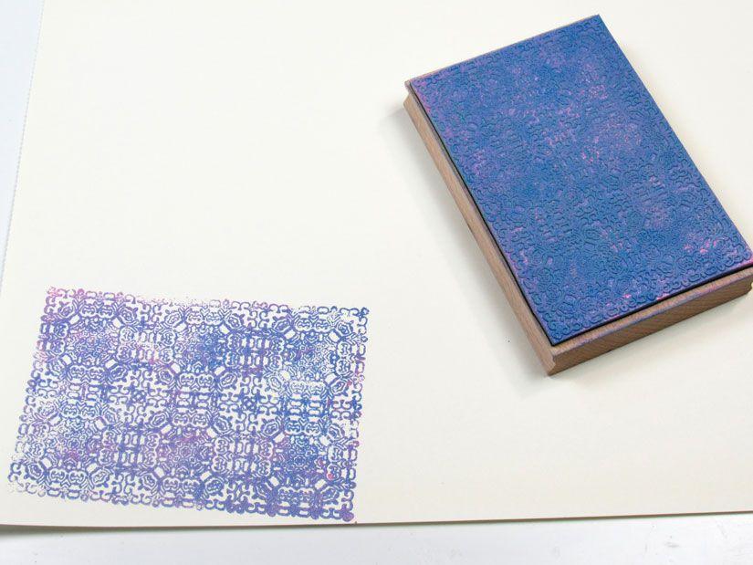 Estampación con sello de caucho Mya de TodoStencil y acrílica