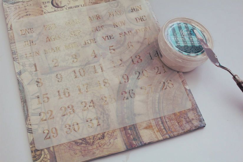 calendario perpetuo imantado decorado con papel y stencil de TodoStencil