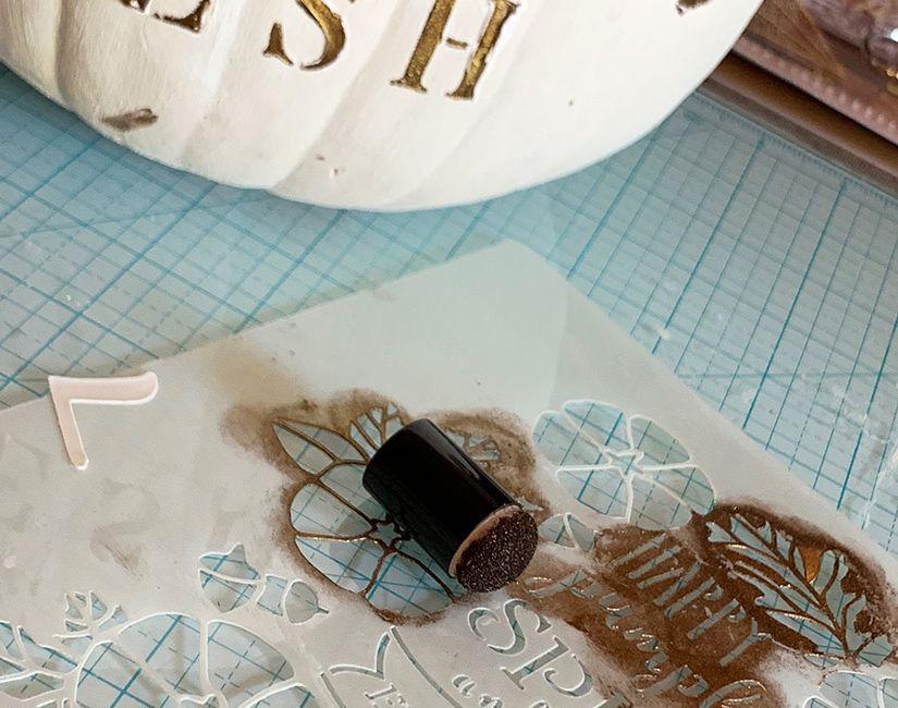calabaza decorativa con plantilla y Mya flex paste de TodoStencil