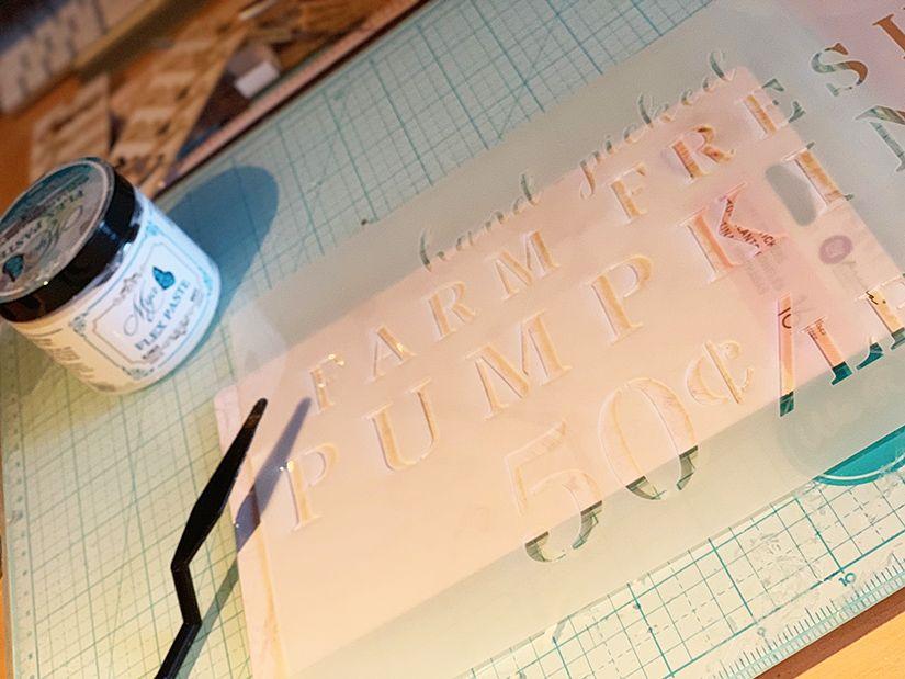 calabaza decorativa con stencil y Mya flex paste de TodoStencil