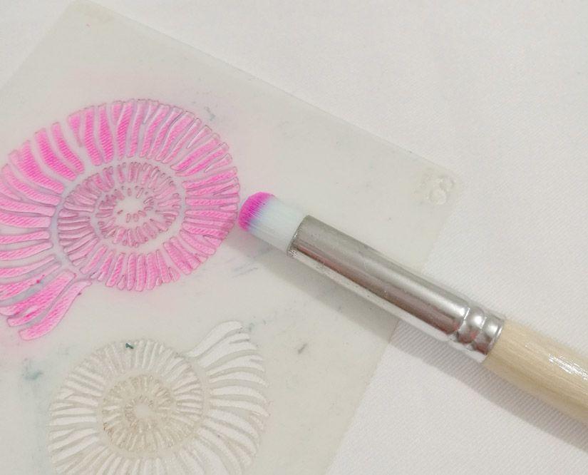 estarcir caracolas con stencil y markal todostencil