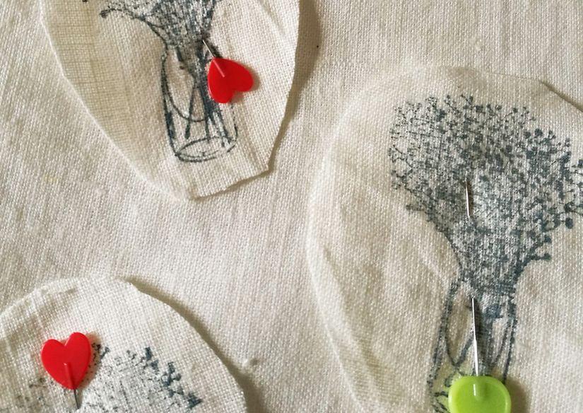 Funda para libro con tela y sello caucho Mya de Todo Stencil