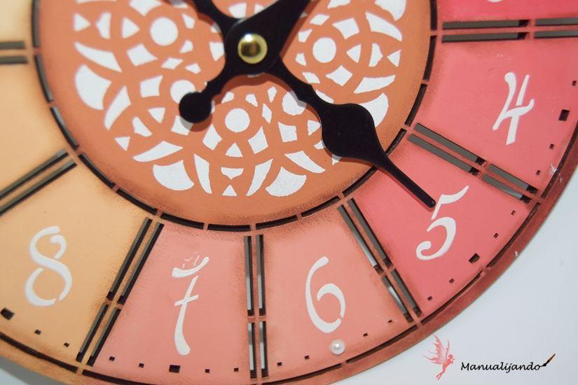 reloj de madera en colores degradados con mya chalkpaint y plantillas de TodoStencil