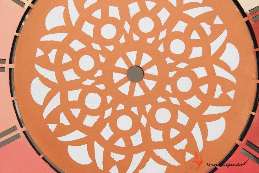 reloj de madera decorado con stencil y pintural mya chalkpaint de TodoStencil