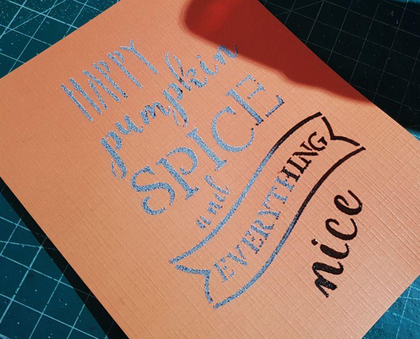 tarjeta otoñal con stencil, Markal y embossing de TodoStencil