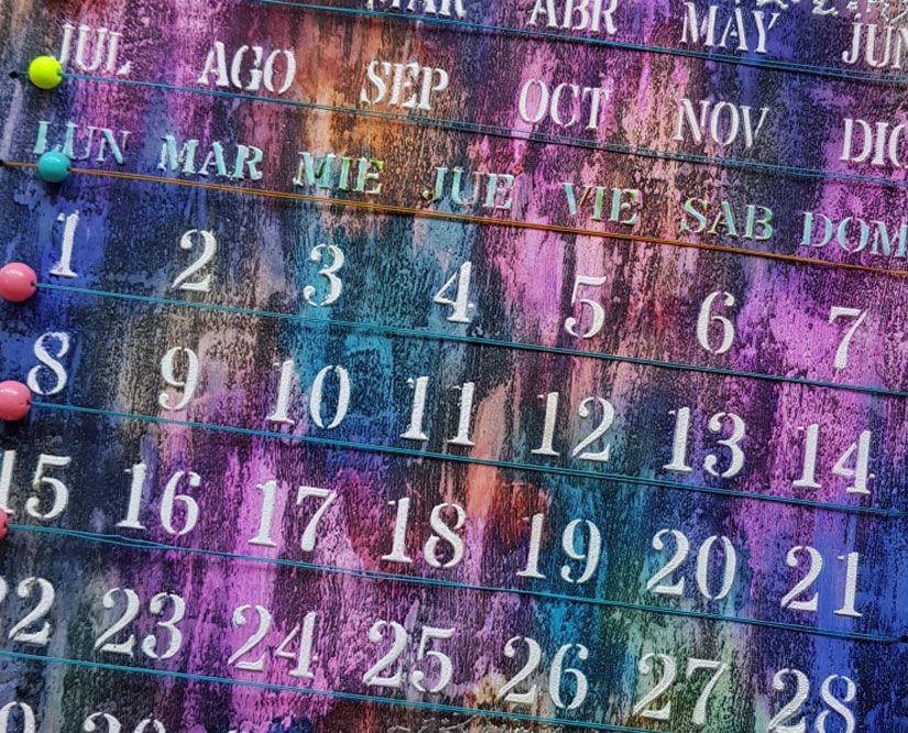 calendario perpetuo reciclado decorado con stencil y sellos Mya de TodoStencil