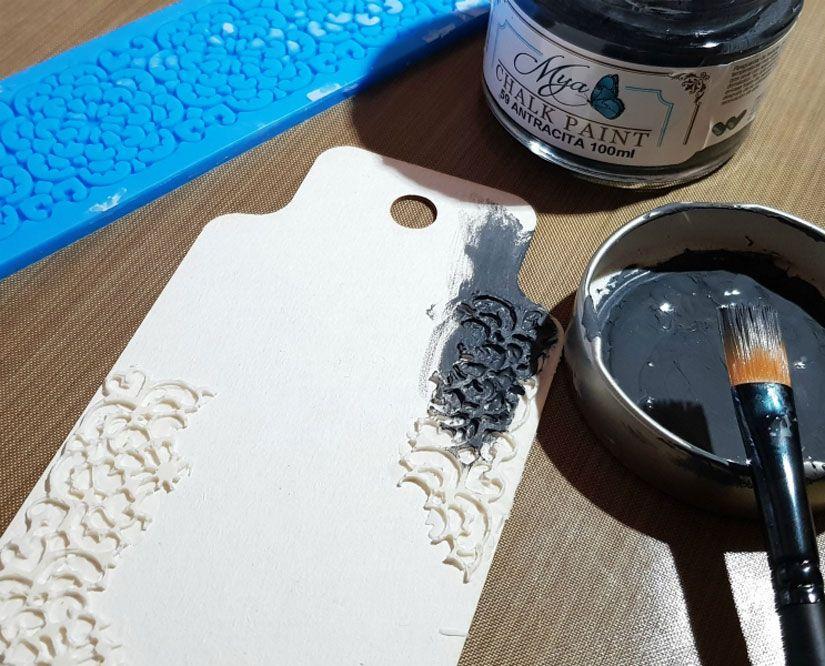 Tag decorado con Mya Flex paste, chalkpaint y sello de TodoStencil
